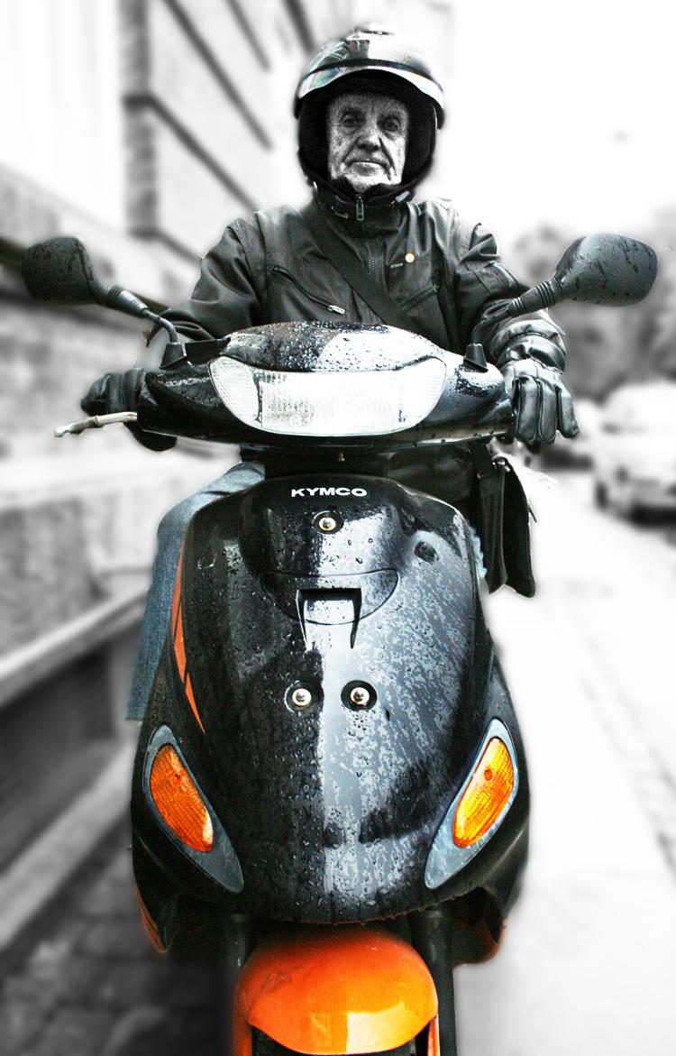 Viggo Rivad on his scooter 2008 © Jan Oberg